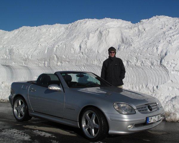 Unser SLK beim Saisonstart 2013 vor einer 3m hohen Wand aus Schnee auf dem Fichtelberg