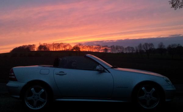 Pure Roadsterromantik nach dem Boxenstop: Unser SLK R170 vor einem herrlichen Sonnenuntergang