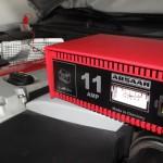 Das Batterieladegerät im Motorraum des SLK